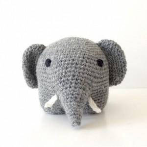 haeklet-graa-elefant-forfra