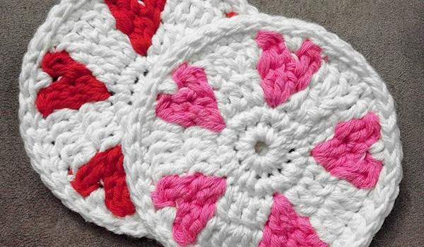 bymami hæklet coaster med hjerter gratis opskrift DIY crochet freebie free pattern