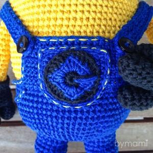bymami hækle hæklet opskrift gratis freebie minion minions stuart pattern free crochet crocheted pocket lomme logo detaljer details
