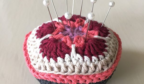bymami bymamidk hækleblog blog hækle hæklet crochet crocheted diy opskrift pattern gratis free freebies hæklede kreativ krea hånd håndarbejde håndlavet handmade nålepude pin cushion pincushion african flower
